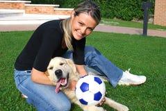 Togheter do jogo do cão e da menina Fotos de Stock Royalty Free