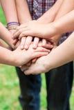 Toghether das mãos dos adolescentes Fotos de Stock