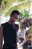TOGIAN wyspy - Wrzesień 02, 2014: lokalna chłopiec z kurczakiem ja Fotografia Stock