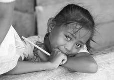 TOGIAN wyspy - Wrzesień 05, 2014 mała dziewczynka wioska o Zdjęcia Royalty Free