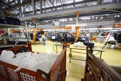 Συνέλευση αυτοκινήτων, εργαζόμενοι στο εργοστάσιο Avtovaz Στοκ φωτογραφίες με δικαίωμα ελεύθερης χρήσης