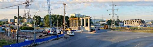 Togliatti, регион самары, Россия - 1-ое июля 2019: Панорамный вид утра транспортной развязки под конструкцией стоковое изображение