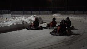 TOGLIATTI, РОССИЯ - 6-ОЕ ЯНВАРЯ 2017: Гонки на karting к трассе Спортсмены на ноче на трассе на старте начинают гонку видеоматериал