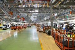 有汽车装配线的车间在工厂 免版税库存图片