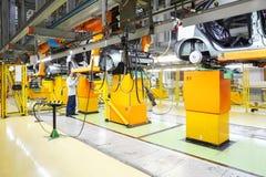 Área para la instalación del motor de coche en VAZ de la fábrica Imagen de archivo