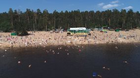 Togliatti, Rosja, Lipiec 6, 2018: widok z lotu ptaka na lato plaży w sosnowi lasowi ludzie relaksuje, kąpać i sunbathe w, zdjęcie wideo