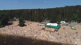 Togliatti, Rosja, Lipiec 6, 2018: widok z lotu ptaka na Niezidentyfikowanych ludziach cieszy się fale obok zatłoczonej plaży zbiory wideo