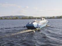 Togliatti Rosja, Sierpień, -, 26, 2018: Rzecznej łodzi hydrofoils odjeżdżają od mola Nawigacja, wodna podróż i reklamy transpo, obrazy royalty free