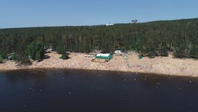 Togliatti, Rusland, 6 Juli, 2018: satellietbeeld op Niet geïdentificeerde mensen die van de golven naast een overvol strand genie stock video