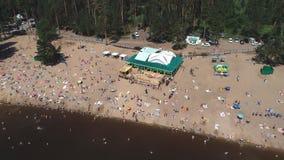 Togliatti, Rusland, 6 Juli, 2018: satellietbeeld op zeer Overvol Strandhoogtepunt van Mensen stock videobeelden