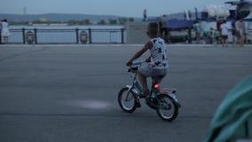 Togliatti Russland - uly 3, 2018: Kleiner Junge des nicht identifizierten Namens reitet ein Fahrrad auf Pier stock video footage