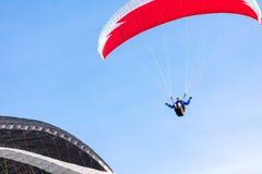 Togliatti Ryssland - 10 marsch 2019 Paragliding på bakgrunden av blå himmel arkivbild