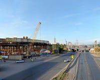 Togliatti, Samara-gebied, Rusland - Juli 01, 2019: Ochtendpanorama van de wegverbinding in aanbouw royalty-vrije stock fotografie