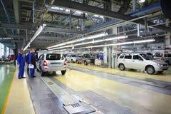 Arbetare och bilar Lada Kalina på fabriken Arkivbilder