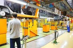Arbetare och Lada Kalina förkroppsligar on-line på fabriksVAZ arkivfoton