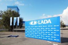 Tribune met embleem dichtbij aan installatiebureau Lada VAZ Royalty-vrije Stock Afbeelding