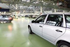 Les voitures de Lada Kalina entrent dans le hall sur l'usine Image libre de droits