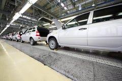 Voitures de Lada Kalina sur la ligne sur VAZ d'usine Photographie stock