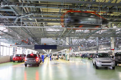 Officina con le nuove automobili di Lada Kalina Immagini Stock