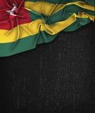 Togo Flag Vintage på en svart tavla för Grungesvart Arkivfoton