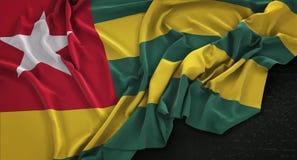 Togo Flag Wrinkled On Dark-Hintergrund 3D übertragen Lizenzfreie Stockfotos