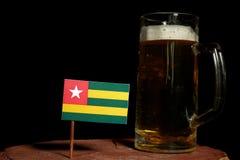Togo flaga z piwnym kubkiem na czerni Zdjęcia Stock