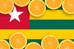 Togo flagga i citrusfruktskivahorisontalram royaltyfria foton