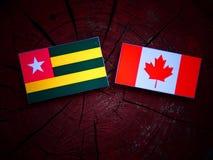 Togolese flaga z kanadyjczyk flaga na drzewnym fiszorku odizolowywającym zdjęcie stock