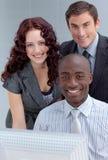 Togother di funzionamento della gente in un ufficio Immagine Stock Libera da Diritti