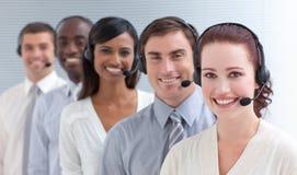 Togother travaillant de gens à un centre d'attention téléphonique Photos stock