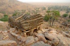 Togu-Na, das ein Dorf im Dogon Land übersieht Stockbilder