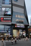 Toho bio som bygger Shinjuku Royaltyfria Foton