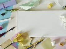 Toile blanche vide, matériaux d'art, fleurs fraîches, décor sur un fond clair photographie stock