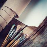 Toile d'artiste dans le petit pain et des pinceaux Photo libre de droits