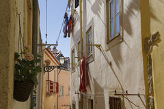 Toile dans une rue d'Alfama photo stock