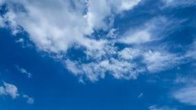 Toile de ciel bleu avec les nuages blancs de l'automne photo stock