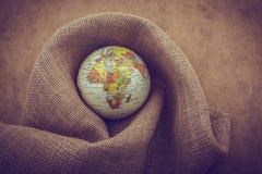 Toile de toile enroulée autour d'un globe photographie stock