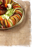 Toile de jute découpée en tranches par carotte de betteraves de concombre de salade Photo stock
