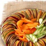 Toile de jute découpée en tranches par carotte de betteraves de concombre de salade Image libre de droits