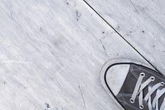 Toile grise sur le fond brillant en laiton en métal Photos libres de droits