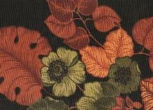 Toile noire avec le feuillage orange et les fleurs vertes photographie stock libre de droits