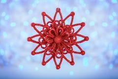 Étoile rouge de Noël sur le fond lumineux de vacances Carte de Joyeux Noël et de nouvelle année et vacances d'hiver Image stock