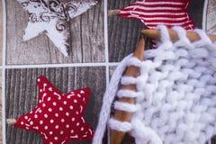 Toile tricotée sur le fond d'un fond de fête de Noël Image stock
