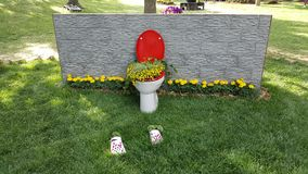Toilet dat met bloemen wordt gevuld stock afbeelding