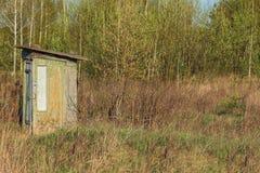 Toilet in het bos Stock Afbeelding