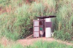 Toilet in het bos Stock Afbeeldingen
