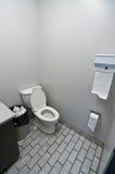 Toilet in het Toilet van het Bureau Stock Foto