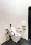 Toilet met vriendschappelijk ontwerp voor mensen met handicap royalty-vrije stock foto's
