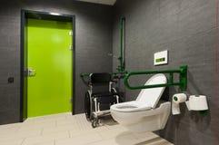 Toilet voor gehandicapte mensen stock afbeeldingen