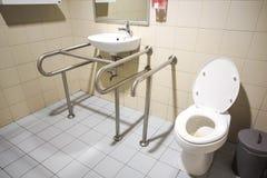 Toilet voor mensen met handicap stock afbeelding